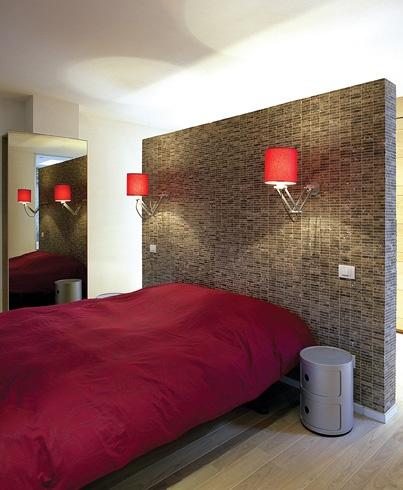 Maak een muurtje met daarachter een wastafel achter je bed