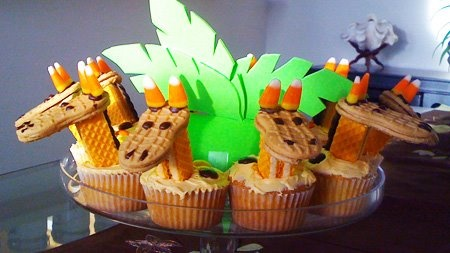 Giraffe Cupcakes! So adorable! Looks like Nutter Butters, Candy corn, wafer cookies and some M's.