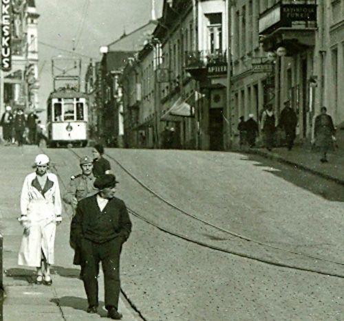 Kuva: Raitiotie Viipuri Linnankadulla 1930-luvulla. Kuva Jukka Joutsin Viipuri sivulta. http://agricola.utu.fi/julkaisut/kirja-arvostelut/index.php?id=3555