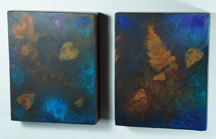 """""""Spettro # 3 """"( Spettri da Terezin). """"...il bosco ha disegnato una farfalla e i nostri cuori...""""  Dittico di piccoli rettangoli. Pseudofossili e pittura subacquea su ferro ossidato. 2014. cm 15 x 12 ciascun rettangolo del dittico."""