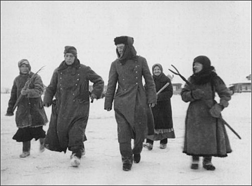 Defence of Moscow. German soldiers surrendered. Russian spetsnaz. 1941 village near Moscow
