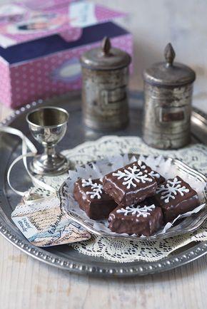 Vídeňské sachrové krychličky čokoláda na vaření 120 gramů máslo 140 gramů (+ na vymazání plechu) cukr moučkový 140 gramů vejce 4 kusy (velká) nové koření 1 špetka (mleté) mouka pšeničná polohrubá 120 gramů Na dokončení: zavařenina meruňková 150 gramů kakao (holandského typu) čokoládová poleva tmavá 200 gramů bílková poleva