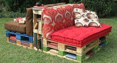 banc palette avec bibliothèque, intégrée, un coin lecture en plein air, coussins d assise rouge et marron