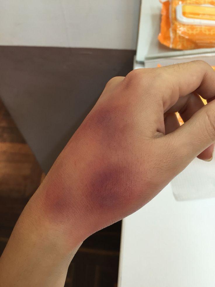 Maquillaje Moretón. Correctores en crema: azul, morado, verde, rojo y amarillo. Bruise makeup - fx makeup - artístico - falso moretón - golpe - hand makeup - mano