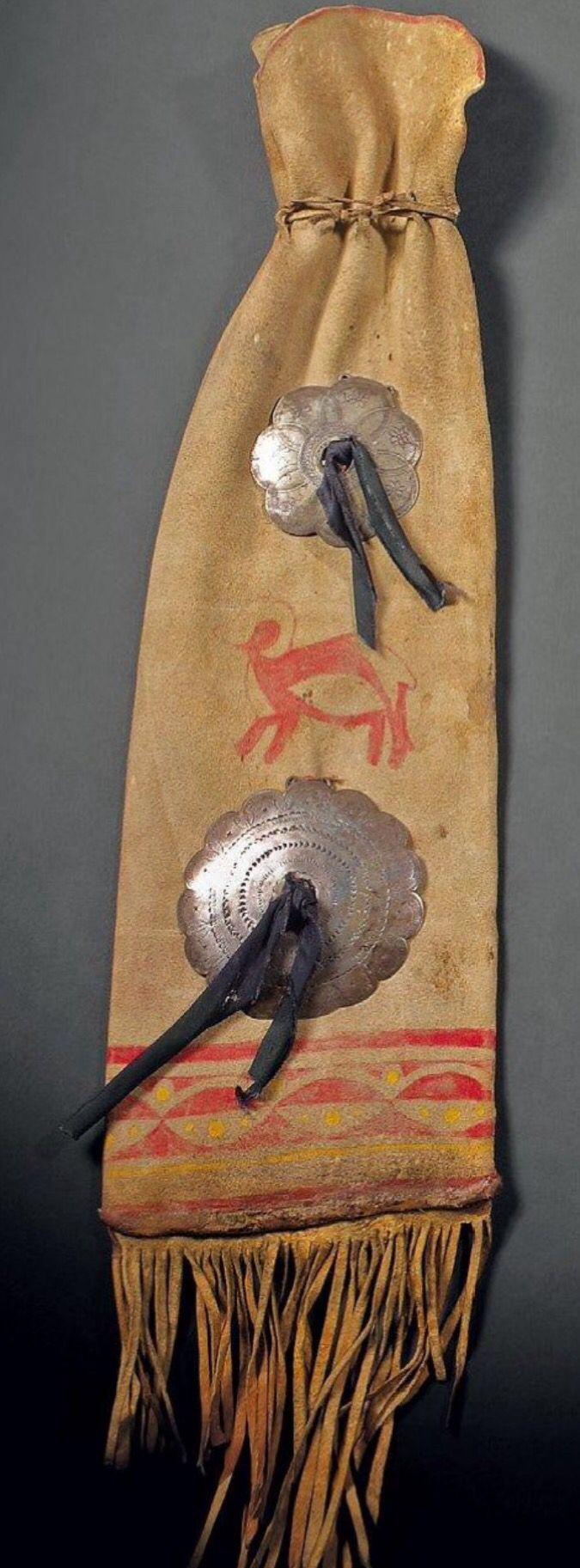 Сумка pipe Районе Великих Озер, в Сша в Конце Xix и Кожи, нарисованной на каждой грани, животных и геометрические узоры, желтые и красные, по две пластины серебра с гравировкой, черная ткань и бахрома. Длина 61 см. Binoche et giquello. Декабрь 2011.