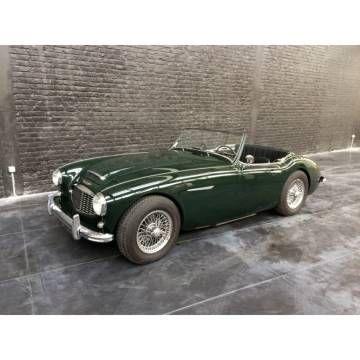 AUSTIN-HEALEY 100/6 BN4 1959 Vintage : CG française de collection, couleur british racing green, capote et couvre-tonneau vinyle noire, side screens et Hard-top, sièges cuir noirs avec passepoils verts. La voiture est également équipée d'un hard-top blanc.