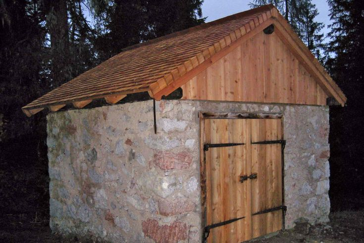 In einer Gemeinschaftsaktion haben Mitglieder der Sektion Berchtesgaden des Deutschen Alpenvereins (DAV), der Bergwacht Ramsau, des Bergführervereins Berchtesgaden, die Sennleute der Mitterkaseralm sowie Mitarbeiter des Nationalparks Berchtesgaden die ehemalige Provianthütte des Watzmannhauses renoviert.