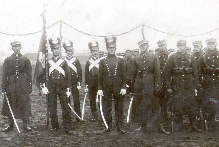 Poczet sztandarowy 14 PP w historycznych mundurach z okresu Królestwa Polskiego