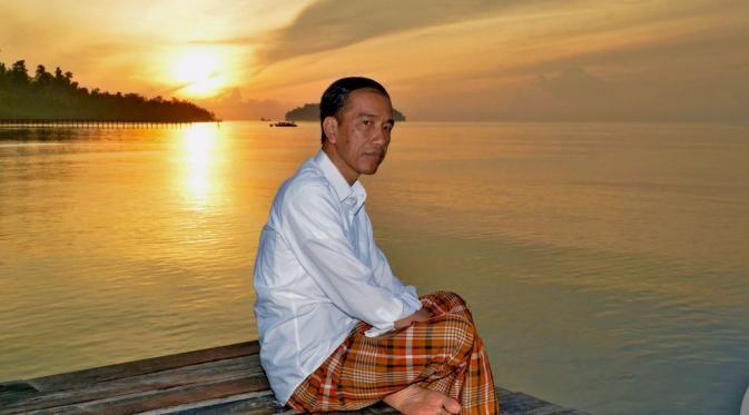 Sederhana, gaya Presiden Jokowi nikmati sunrise perdana di Raja Ampat, Papua Barat (Agus Suparto)
