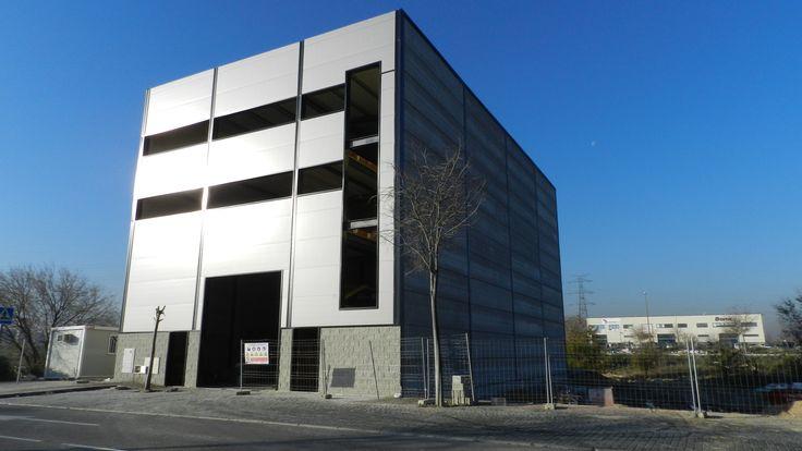 Avances de nuestra obra: Fachadas terminadas y puertas principales colocadas. http://tekton.es/