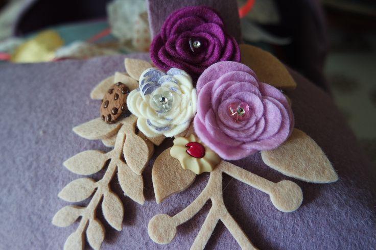 Porta torta dettaglio: piccoli biscottini decorativi + fiori e rami creati con fustella