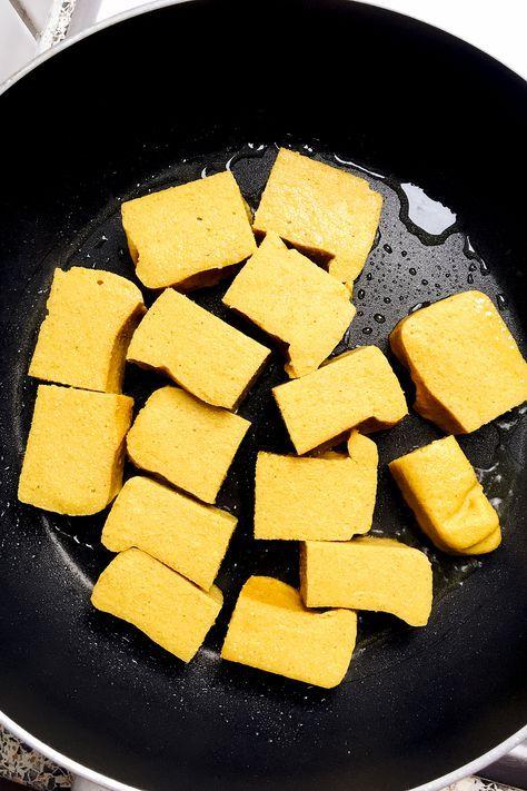 Nicht nur aus Soja, sondern auch aus Kichererbsen lässt sich leckerer Tofu herstellen. Für dieses Kichererbsen-Tofu benötigt ihr nur 4 Zutaten.
