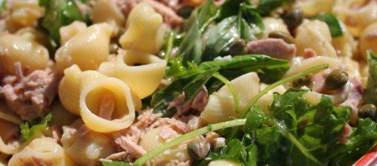 Zomerse pastasalade met boerenkool en tonijn