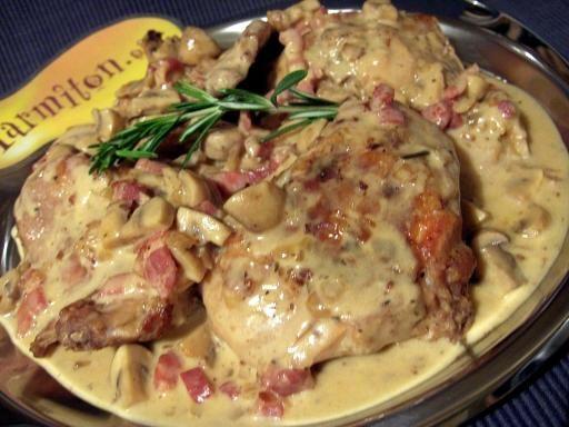 moutarde, feuille de laurier, échalote, muscadet, crême fraîche, champignon de Paris, farine, bouquet garni, cuisses de lapin, huile d'olive, beurre, lardons, bouillon