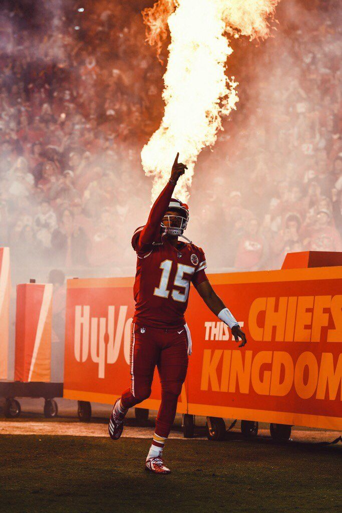 Patrick Mahomes Vient De Devenir Le Plus Jeune Joueur A Inscrire 6 Matchs De Suite A Plus De 30 Chiefs Wallpaper Kc Chiefs Football Kansas City Chiefs Football