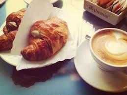 cappuccino e cornetto! nosso café de manhã!