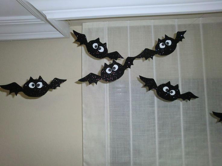 Simpáticos murciélagos - Decoración infantil especial Halloween Tutorial en el que mostramos cómo hacer una manualidad muy rápida, original y muy sencilla. http://bricoblog.eu/decoracion-especial-halloween-simpaticos-murcielagos #DecoracionInfantil #DecoracionHalloween #Manualidades