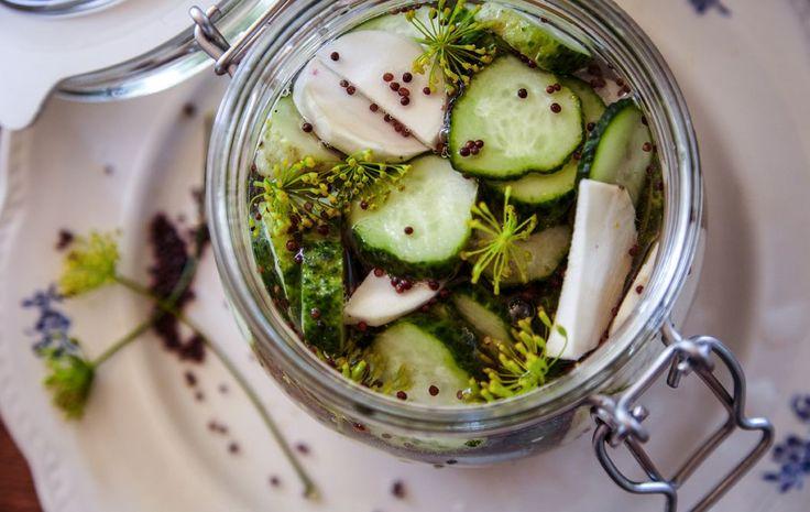Eingelegtes Gemüse und Sandwiches passen gut zueinander.