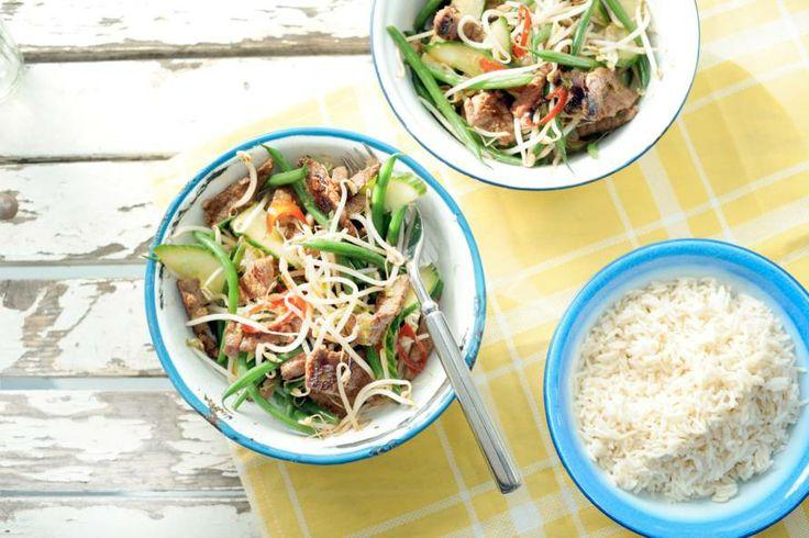 Gek op Thais eten? Lekker recept: pittig gemarineerde biestukreepjes in een frisse salade met komkommer en haricots verts - Allerhande