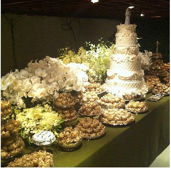 A mesa de doces do casamento de Lala Rudge e Luigi com bolo tradicional de seis andares.