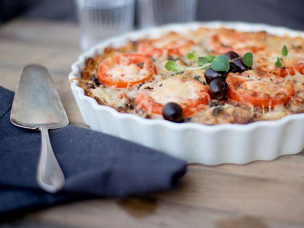 """Glutenfri paj med fyllning på köttfärs, soltorkade tomater och oliver. OBS! Om du använder havregryn märkt med """"ren havre"""" blir pajen glutenfri - vanliga havregryn kan innehålla spår av andra sädesslag. Titta på klippet för att se hur du gör."""