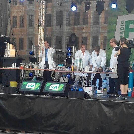 #Stadfest und #Hochschultag in #Leipzig, #Marktplatz. #Chemie, #Physik und andere Fachrichtungen präsentieren sich mit (kurzweiligen) #Experimenten, Stories usw.