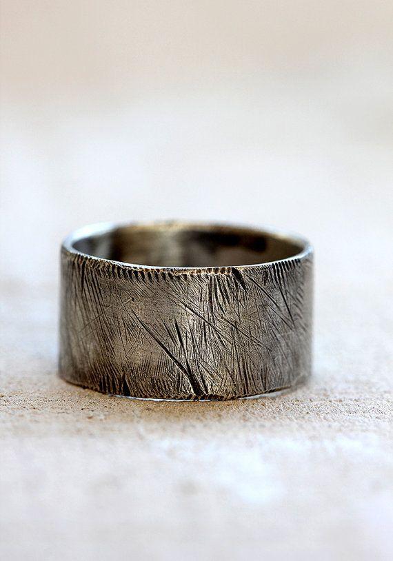 Verontruste ring voor mannen. Sterling zilveren rustieke mannen de ring verdrietig. Deze ruwe mannen ring is verduisterd en kale met de hand. Geen twee ringen zijn gelijk. Maakt een grote mannen trouwring of een koele dagelijks ring.  Bestellingen zijn 2-3 weken klaar voor verzending van aankoop *** Rush bestellingen misschien mogelijk. Neem contact met mij op voor meer informatie.  De ring meet 11mm hoog. Door de hoogte van de band, ik stel voor dat je 1/2 bestellen een maat groter dan ...