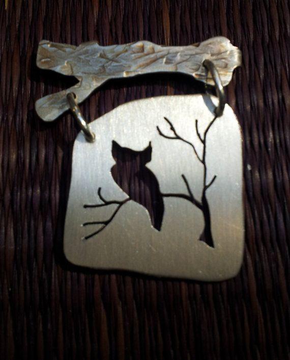Affascinante piccolo siluette delluccello su un fondo satinato finito penzolare da un martellato, patinato ramo di albero, tutti in argento. Il design è trafitto e segato - ognuna un po diversa. Scegliere da una colomba, songbird, gufo, cardinale o passero. O convo me per un uccello specifico - forse un uccello di puntello, Airone o forse unaquila! Ogni pin misura circa 1,25 w x 2 l ed è tagliato da un unico foglio di metallo, incluso il tronco di pin. Questi sono costruzione rustica del…