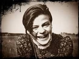 """Hans und Sophie Scholl oder die Geschwister Scholl waren Mitglieder der """"Weißen Rose"""", einer in ihrem Kern studentischen Münchener Gruppe, die während des Zweiten Weltkriegs im Widerstand gegen den…"""