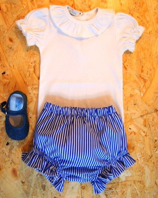 Outra hipótese: Riscas Azuis (calções e faixa), camisa branca.
