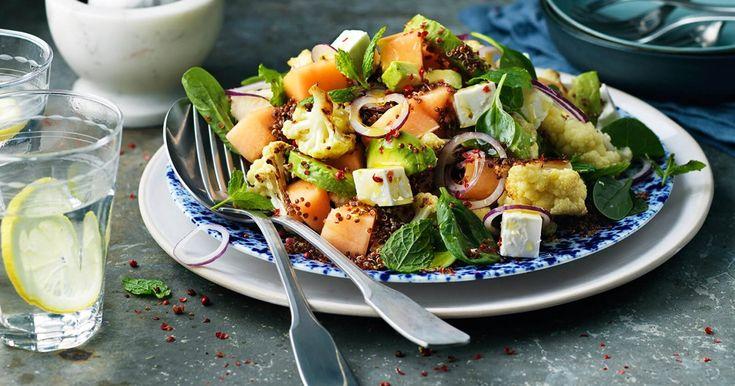 Oppskrift på en frisk salat med melon, fetaost og stekt blomkål. Verdens beste salat!
