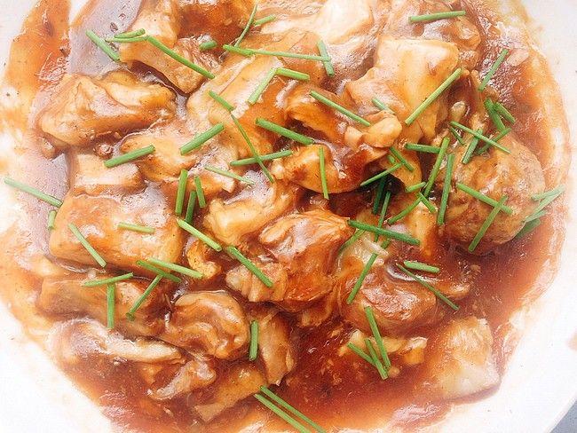 Ragoût d'agneau au cumin On croit souvent, à tort, que la cuisine chinoise est compliquée, ou qu'elle est éloignée de la comfort food. Et pourtant. Cette recette de ragoût d'agneau, originaire de la région de Pékin, prend 2 minutes top chrono à préparer. Les bons assaisonnements et un peu de patience font tout le travail. Car c'est une cuisson lente, pour que les saveurs infusent: badiane, vin de Shaoxing,sauce soja, certes, mais pas que. On y retrouve également du cumin, qui donne un…