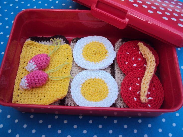 Det må da lige være sagen for en lille pige- Sammen med en skøn rød prikket madkasse fra Rice ?         SPEGEPØLSE: 1/ 2 lm, hækl 6 fm...
