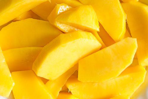 Манго - редкий, но удивительно полезный плод, в котором содержится масса полезных компонентов! Из нашей статьи ты узнаешь, чем же так полезен этот вкусный экзотический фрукт.