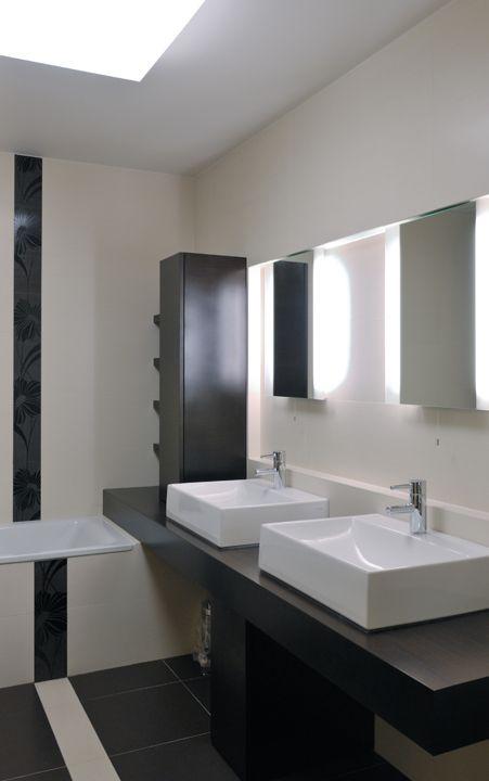 Rekonstrukce bytu Praha 6 - světlá koupelna / Geddes-Kaňka Interiors