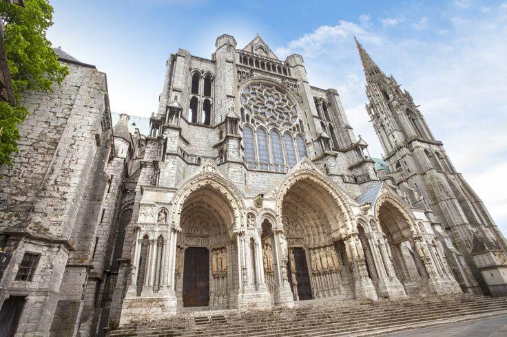 Pórtico Real de la Catedral de #Chartres, de la década de 1140, muy novedoso para la época. http://www.viajaraparis.com/ciudades-para-visitar-cercanas-a-paris/chartres/ #turismo #viajar #Francia