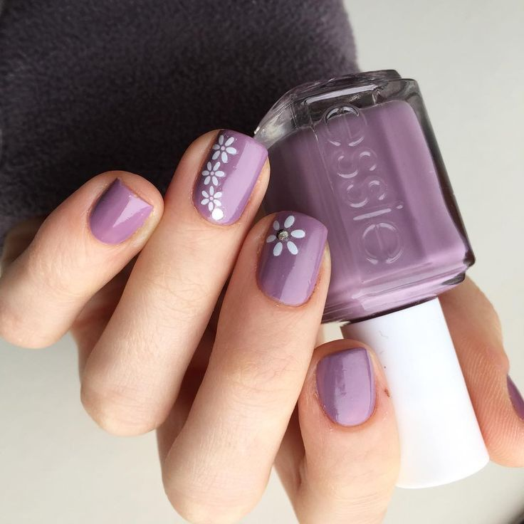 Essie 'Warm & Toasty Turtle Neck' with a simple white flower design. | Spring nail ideas. | Photo by: https://www.instagram.com/ja.so.ri/