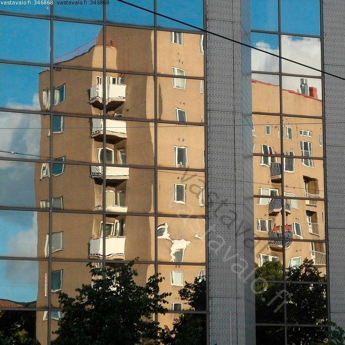 Lasiseinä - lasiseinä talo kerrostalo lasi ikkuna heijastus kaupunki parveke puu taivas pilvi arkkitehtuuri