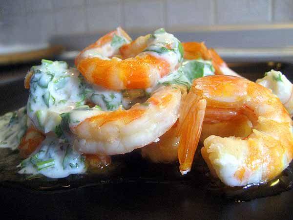 Креветки в йогуртовом соусе с чесноком и кинзой