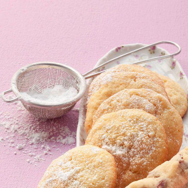 Feine Kombination aus Mandeln, Grieß und Orangenschalenaroma. Diese Plätzchen sind ein fast schon eleganter Kuchenersatz, wenn Gäste kommen.