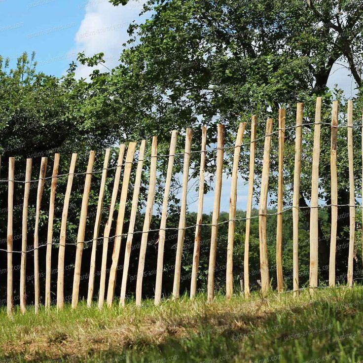 Une clôture rustique en bois de châtaignier. Cette clôture en Châtaignier est bien connue pour son utilisation sur les plages de la côte Atlantique...