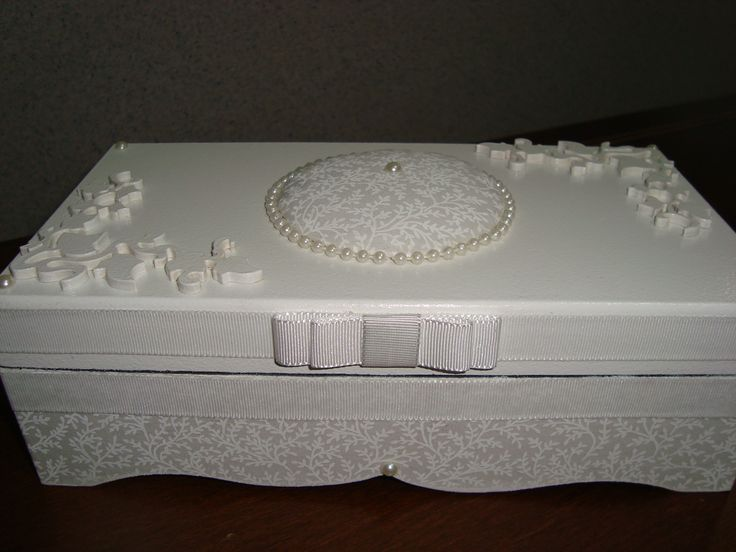 porta joia elaborada com papel craft , apliques em madeira, fita de gorgurão, forrada com tecido , e perolas