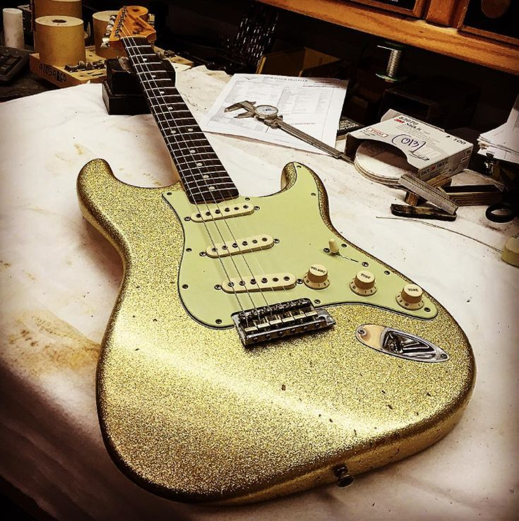 Oh my gold... In love with this Custom Shop   #Stratocaster #Guitars #Gold #Paint #Custom #Customize #Guitar #Fender #FenderStratocaster