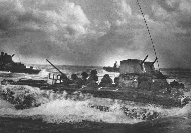 Um búfalo de água, carregado com Marines, bidões pelo mar rumo a praias de Tinian Island, em julho de 1944.