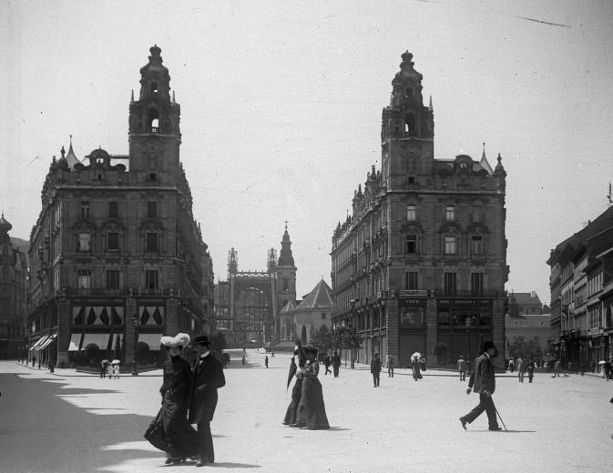 Ferenciek tere (Kígyó tér), Klotild paloták, háttérben az épülő Erzsébet híd. Budapest V., 1902.