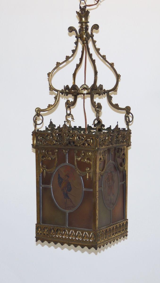 Een messing hallantaarn met glas-in-lood en 4 beschilderde glazen panelen met afbeeldingen van figuren, vroege 20e eeuw