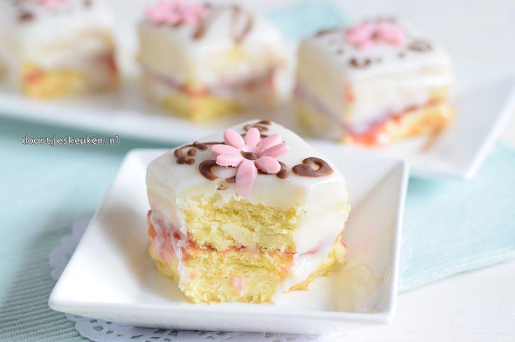 Maak met dit recept deze supersnoezige en lekkere petit fours helemaal zelf. Lekker met vanillebotercrème, biscuit, jam, marsepein en glazuur