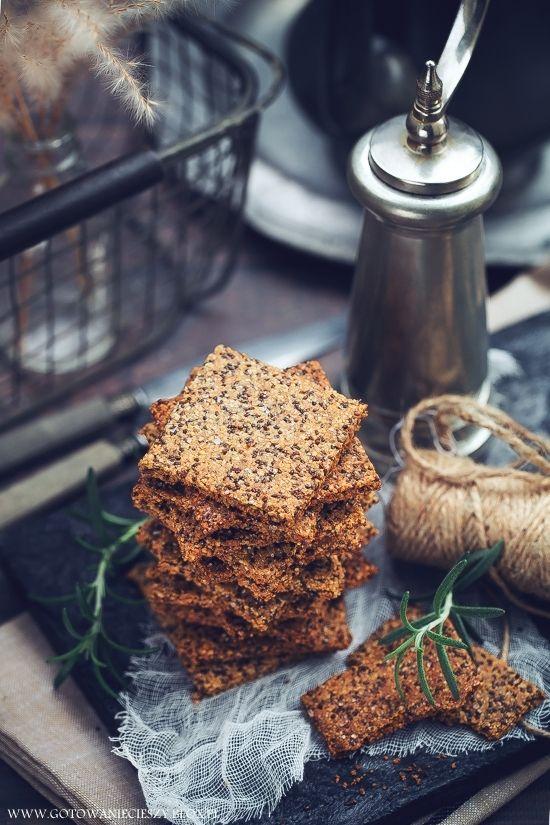 Czosnkowe krakersy z chia i parmezanem