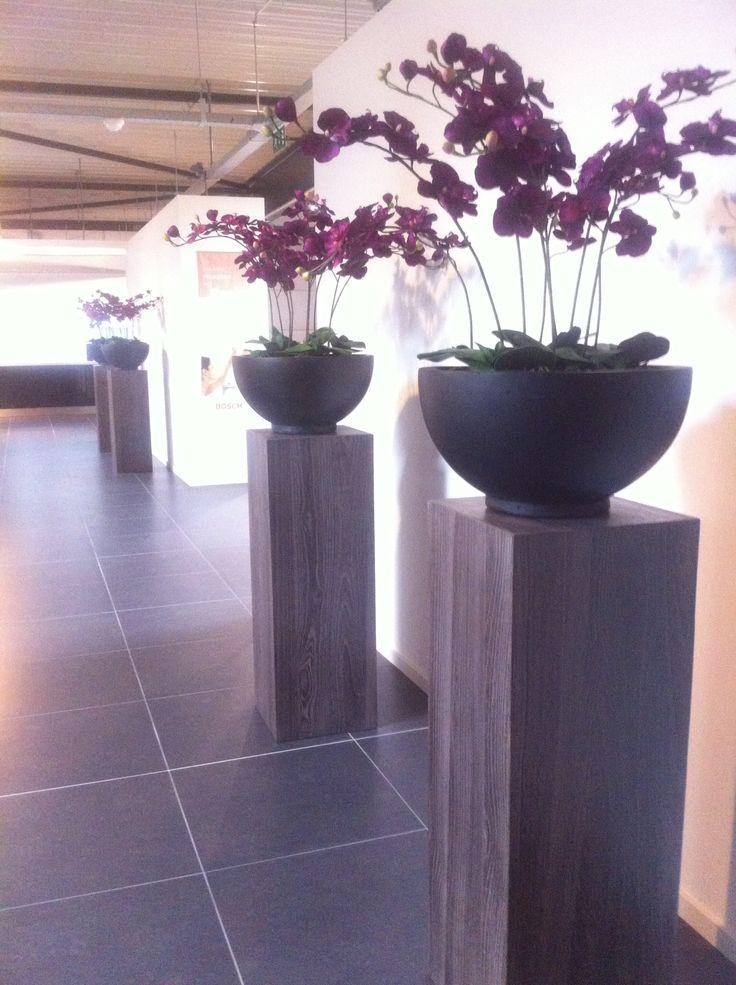 Simpel kan mooi en doeltreffend zijn! Rustige zuilen, neutrale schalen en frisse Orchideeën!