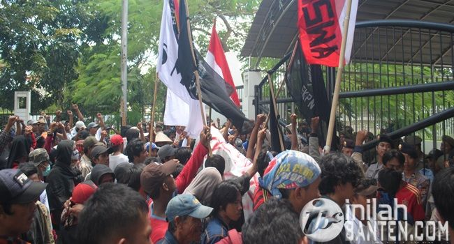 IBC, Serang – Ratusan warga dan mahasiswa tergabung dalam Panca Cita Persatuan Rakyat Banten melakukan aksi demo di dep